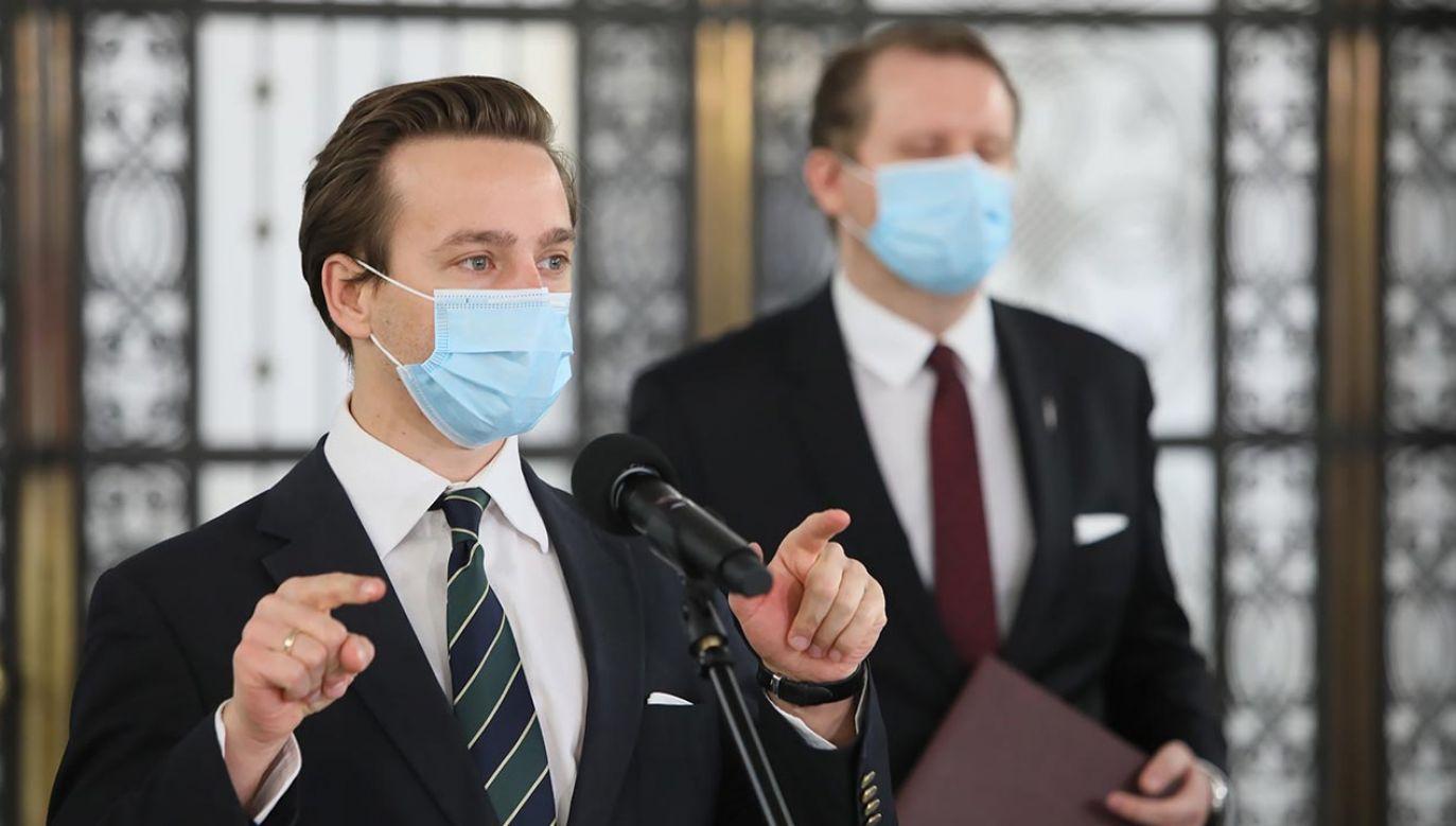 Bosak został zapytany w TVP Info o stanowisko Konfederacji wobec pandemii (fot. PAP/Leszek Szymański)