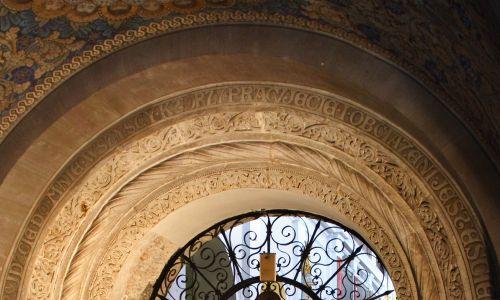 Stoi w tym miejscu od blisko tysiąca lat. Na zdjęciu romański portal. Fot. Maciej Jeziorek/Forum