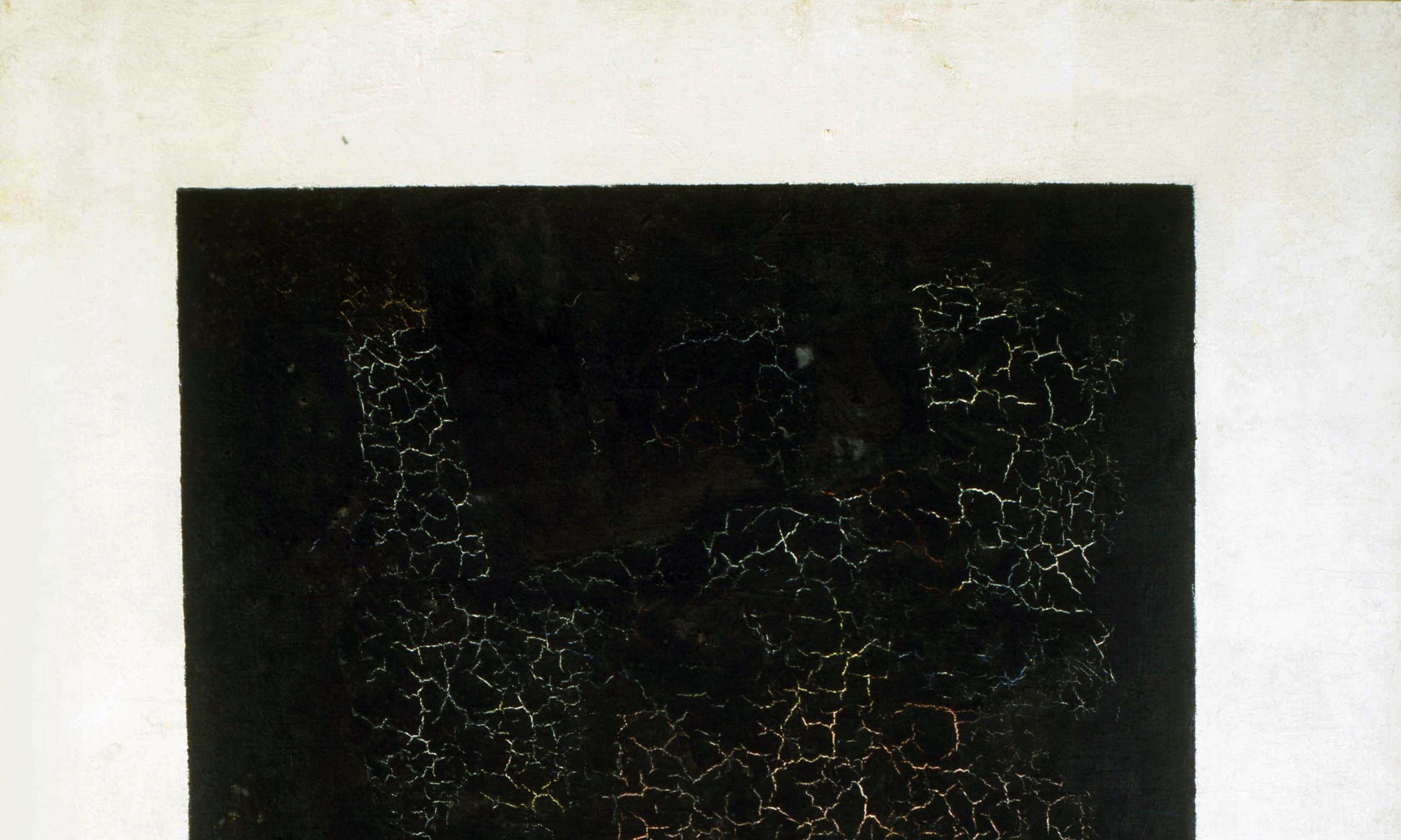 """Kompozycje suprematyczne składały się z elementarnych form geometrycznych: kwadratu, prostokąta, koła, linii prostej i krzyża. Pierwszą i najważniejszą kompozycją Kazimierza Malewicza był """"Czarny kwadrat na białym tle"""", który nazwał """"atomem malarstwa"""", czyli jednostką podstawową. Usiłował bowiem pokazać najmniejszą jednostkę w sztuce. Na zdjęciu """"Czarny kwadrat"""" w kolekcji Państwowego Muzeum Rosyjskiego w Petersburgu. Fot. Fine Art Images / Heritage Images / Getty Images"""