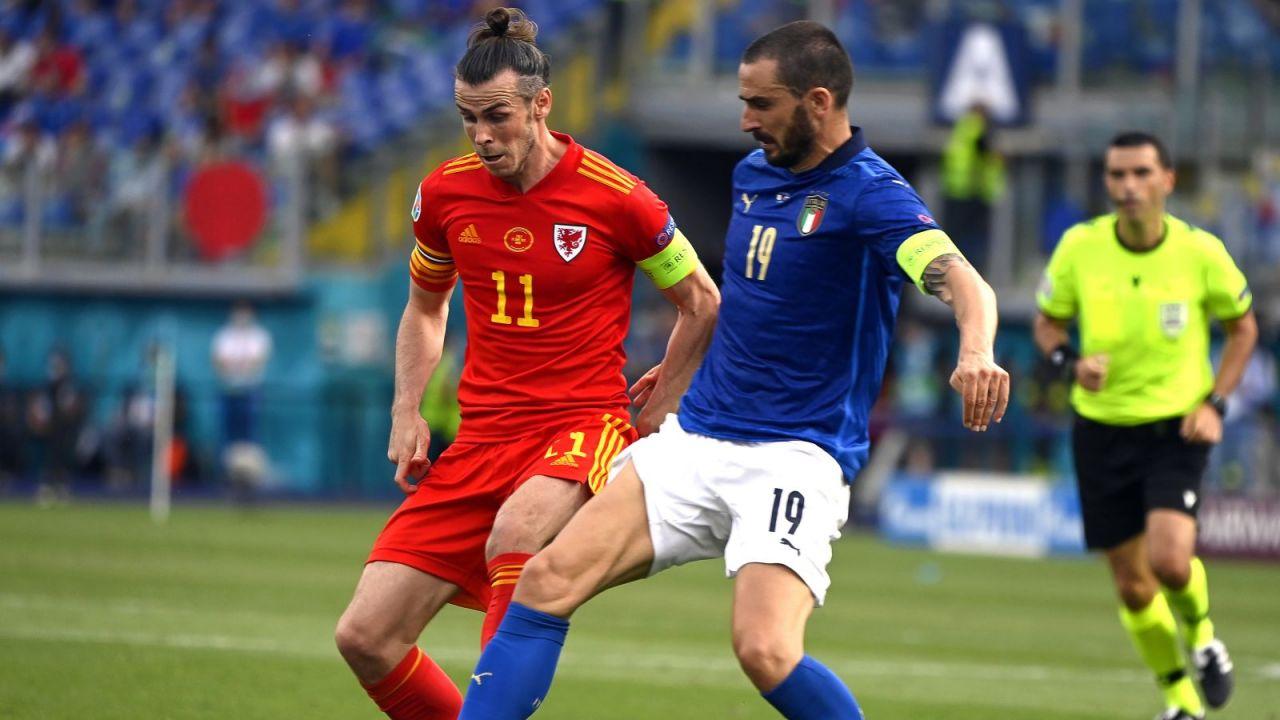 Leonardo Bonucci w starciu Garethem Bale'em (fot. PAP/EPA)