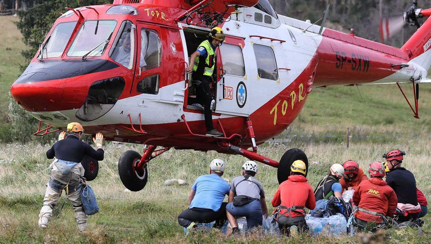 Ratownicy TOPR na lądowisku w pobliżu centrali Tatrzańskiego Ochotniczego Pogotowia Ratunkowego w Zakopanem (fot. PAP/Grzegorz Momot)