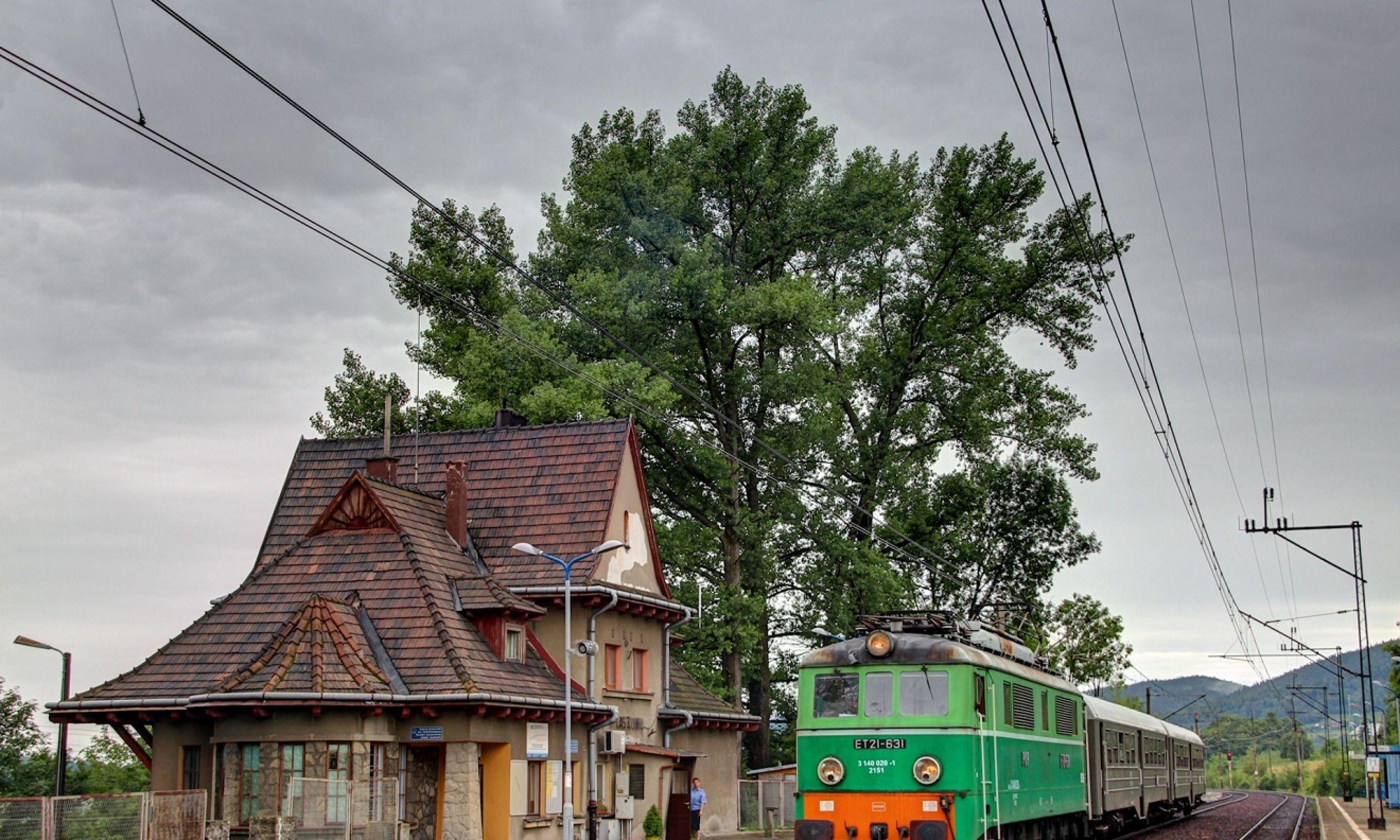 Ptaszkowa ma tradycje kolejarskie. Przez wieś przebiega trakcja kolejowa od czasów austriackich. Prawie 80 proc. mieszkańców pracowało na kolei, w zakładach naprawczych taboru itp. Zatem wiodło się im całkiem dobrze, bo kolejarz przed wojną to był pan. Na zdjęciu obecny dworzeć stacji Ptaszkowa i skład ET21-631 z pociągiem specjalnym z Nowego Sącza do Jasła, Gorlic i Chabówki. Fot. Krzysztof D., CC BY-SA 2.0, https://commons.wikimedia.org/w/index.php?curid=98052870