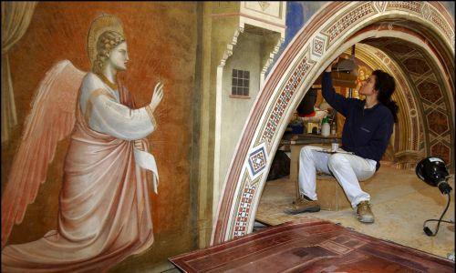 """""""Archanioł Gabriel"""" z fresku """"Zwiastowanie"""" z Kaplicy Scrovegnich w Padwie. Fot. Eric VANDEVILLE/Gamma-Rapho via Getty Images"""