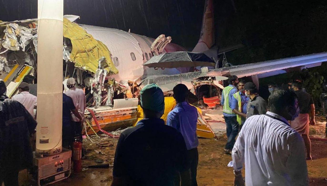 Samolot wypadł z pasa startowego, spadł 10 metrów ze zbocza i rozpadł się na dwie części (fot. PAP/EPA/CIVIL DEFENSE / HANDOUT)