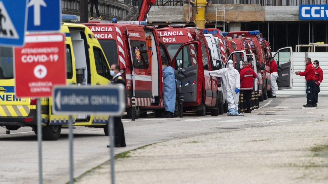 Ratownicy medyczni w stolicy kraju w trakcie przerwy w pracy (fot. Hugo Amaral/SOPA Images/LightRocket via Getty Images)