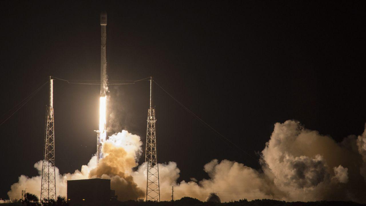 Rakieta wyniosła na orbitę satelitę komunikacyjnego (fot.  PAP/EPA/SPACEX)