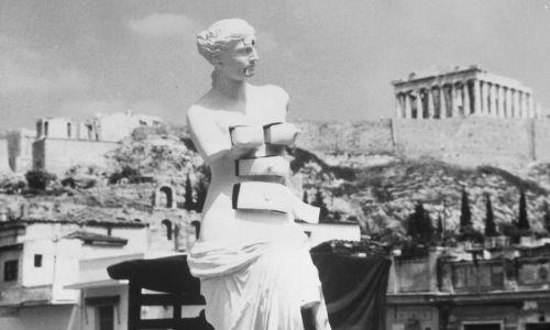 """""""Wenus z Milo z szufladami"""", dzieło Salvadora Dali, na tle Akropolu – była jednym ze 150 arcydzieł rzeźbiarskich przyniesionych na pierwsze Międzynarodowe Biennale Rzeźby z 61 muzeów i galerii sztuki na całym świecie na wyjątkowe wydarzenie, Panatheneae światowej rzeźby, ma Wzgórze Muz. Lloyds of London wycenił prace na 30 milionów dolarów. 1965 r. Fot. Getty Images"""