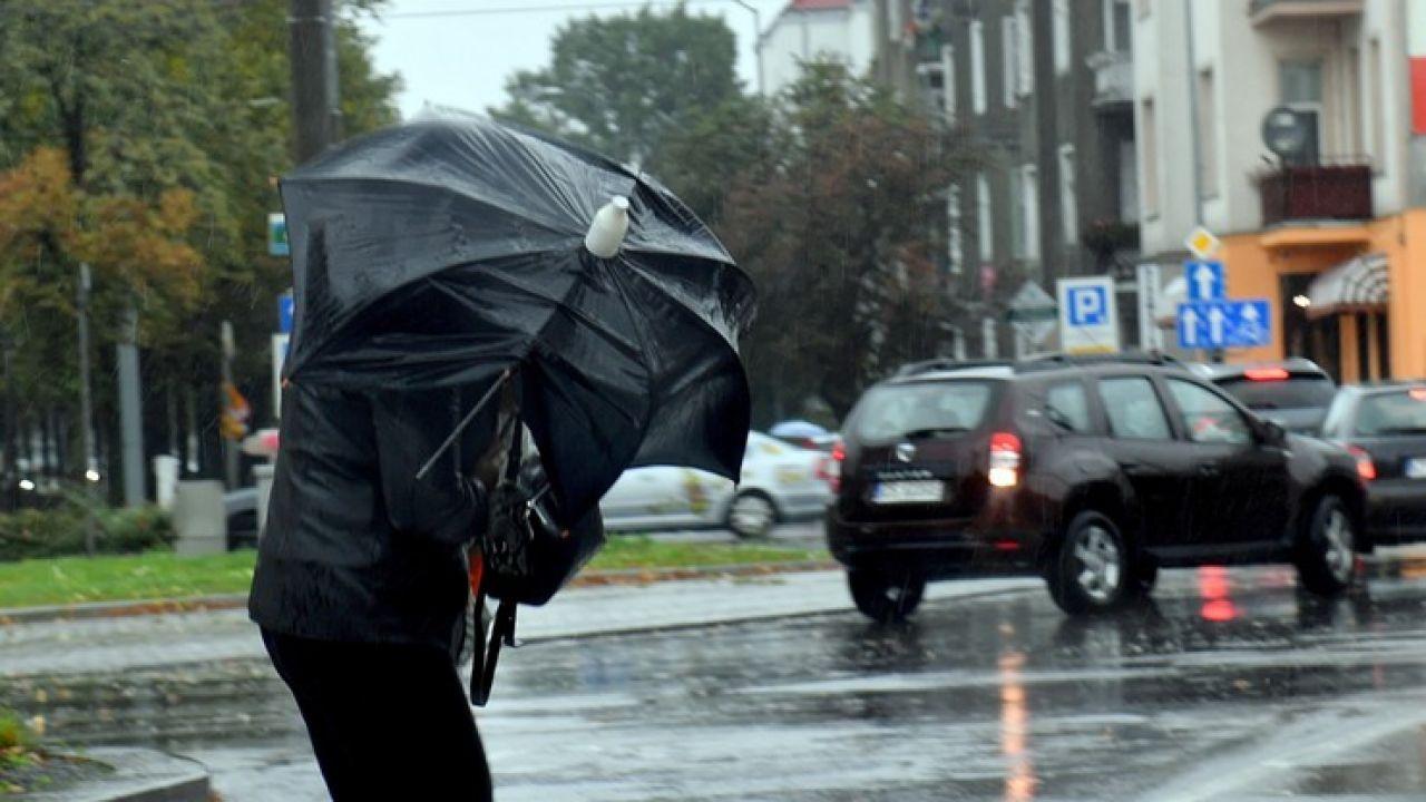 W tych rejonach może spaść od 30 do 50 milimetrów deszczu (fot. Marcin Bielecki/PAP)