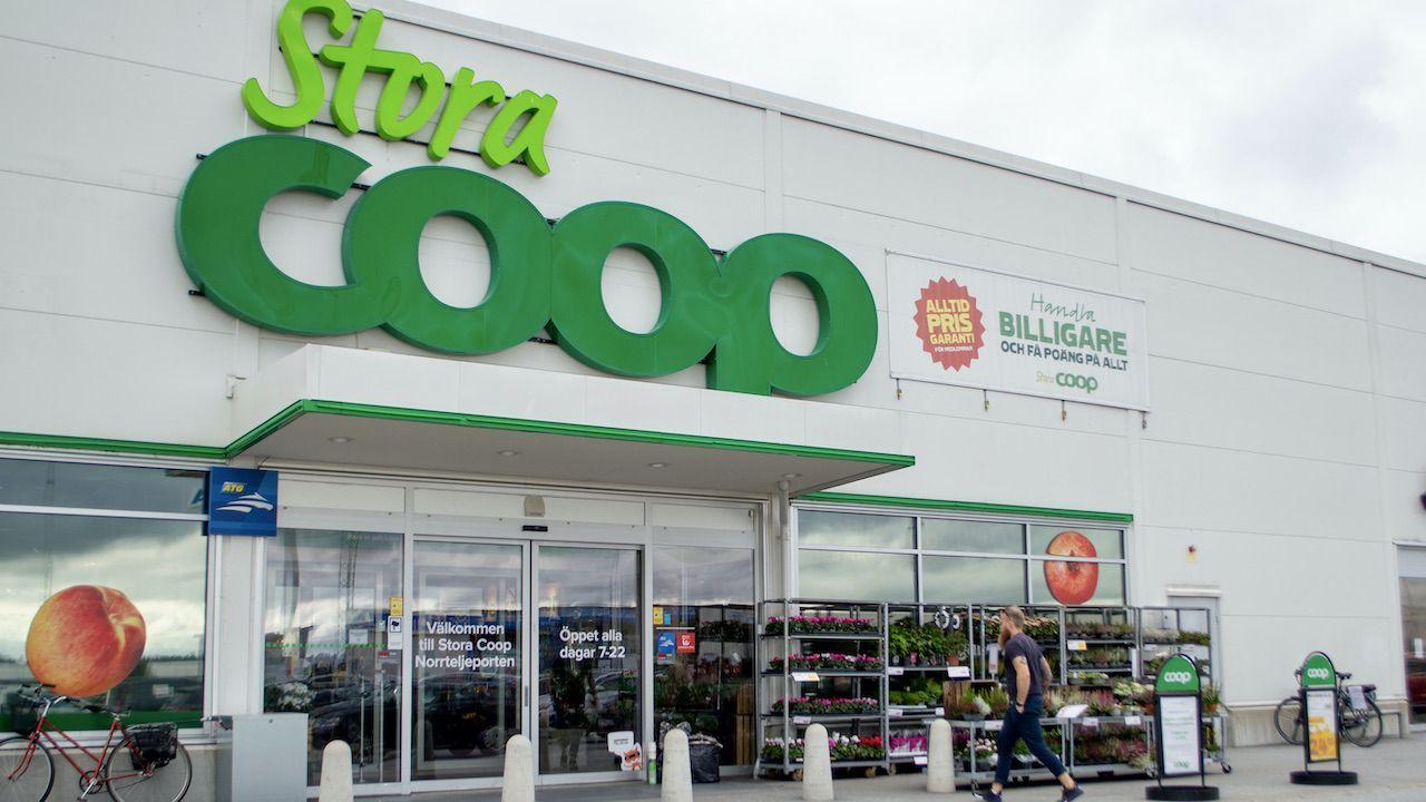 Sieć sklepów spożywczych Coop pozostawała w niedzielę zamknięta (fot. Shutterstock/Emelie Lundman)