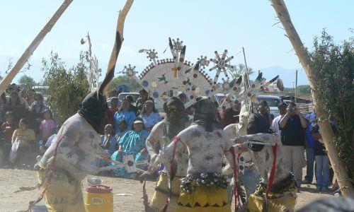 Tradycyjne tańce tzw. Duchów Gór podczas ceremonii inicjacji dziewcząt u Apaczów San Carlos w Arizonie. Fot. Radosław Palonka.