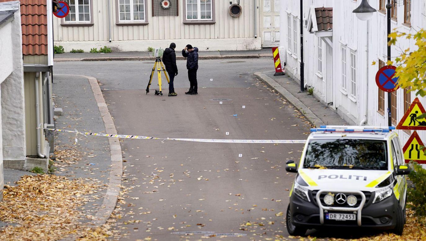 Sprawca środowego ataku w Kongsbergu był znany policji oraz służbom specjalnym PST (fot. PAP/EPA/TERJE BENDIKSBY)