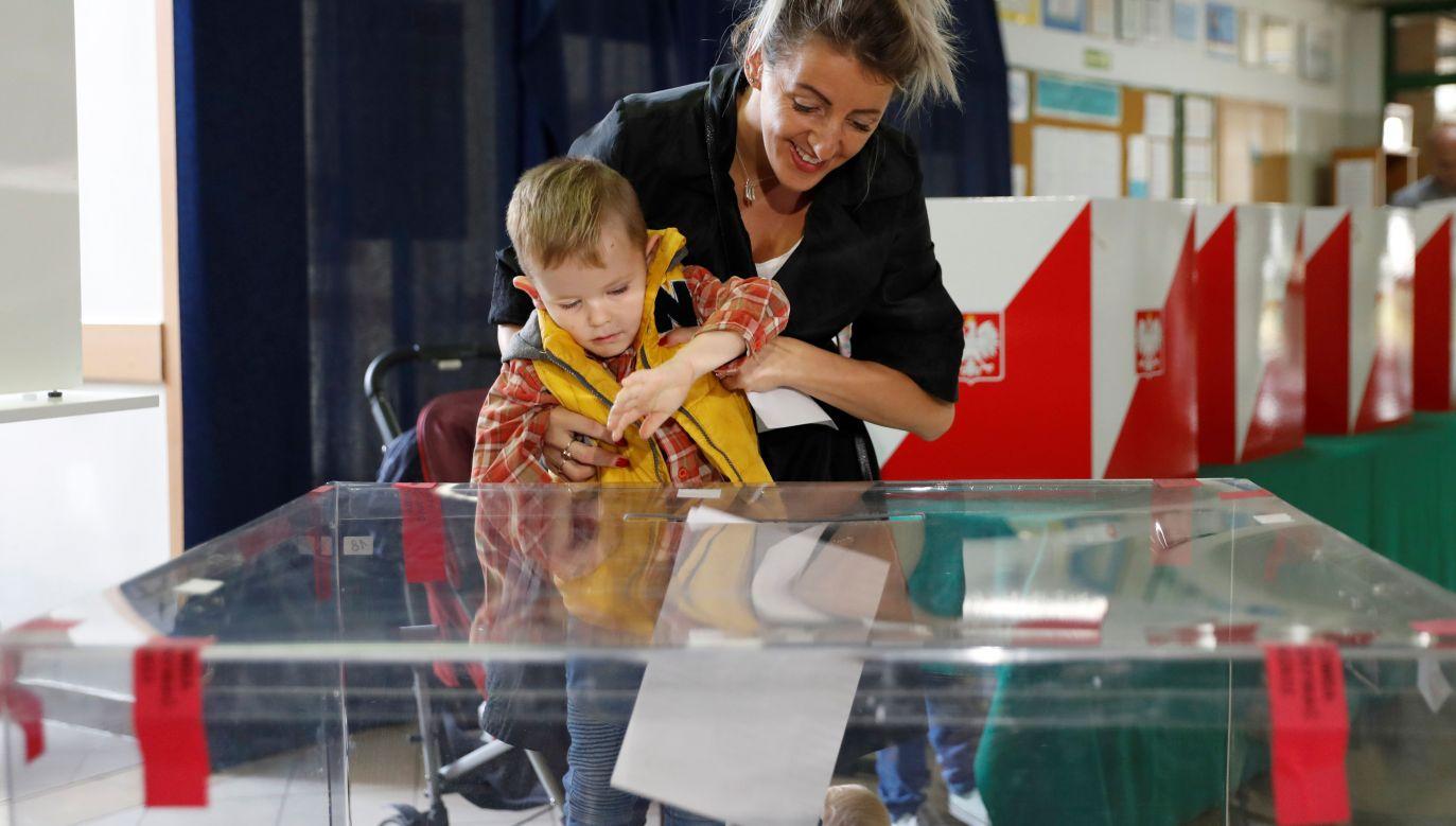 Gazety podkreślają, że wybory parlamentarne przyciągnęły do urn najwięcej wyborców od upadku komunizmu (fot. REUTERS/Aleksandra Szmigiel)