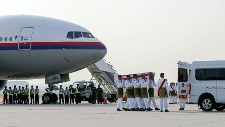 Ciała ofiar wciąż wracają do państw, skąd pochodzili pasażerowie (fot. PAP/EPA/AHMAD YUSNI)