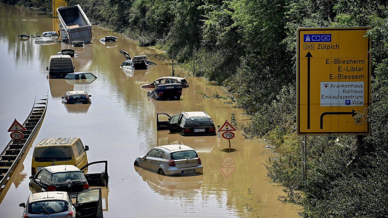 Same straty na kolei i drogach wynoszą prawie dwa miliardy euro (fot. PAP/EPA/S.STEINBACH)