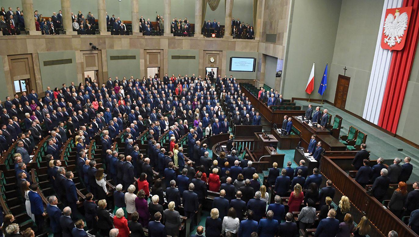 Posiedzenie oworzył marszałek senior Antoni Macierewicz (fot. PAP/Radek Pietruszka)