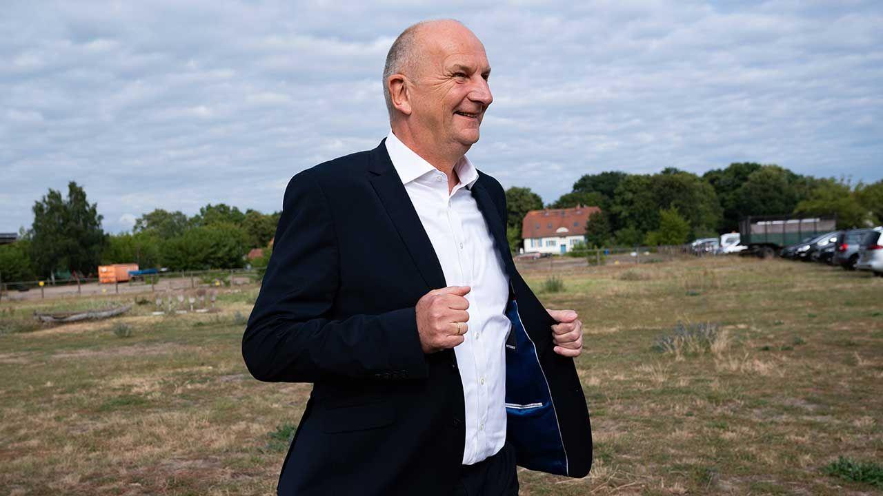 Ambasador RP w Niemczech Andrzej Przyłębski mówił w laudacji, że w osobie Woidkego Polska znalazła polityka, który chce i potrafi rozumieć Polaków (fot. arch. PAP/EPA/HAYOUNG JEON)