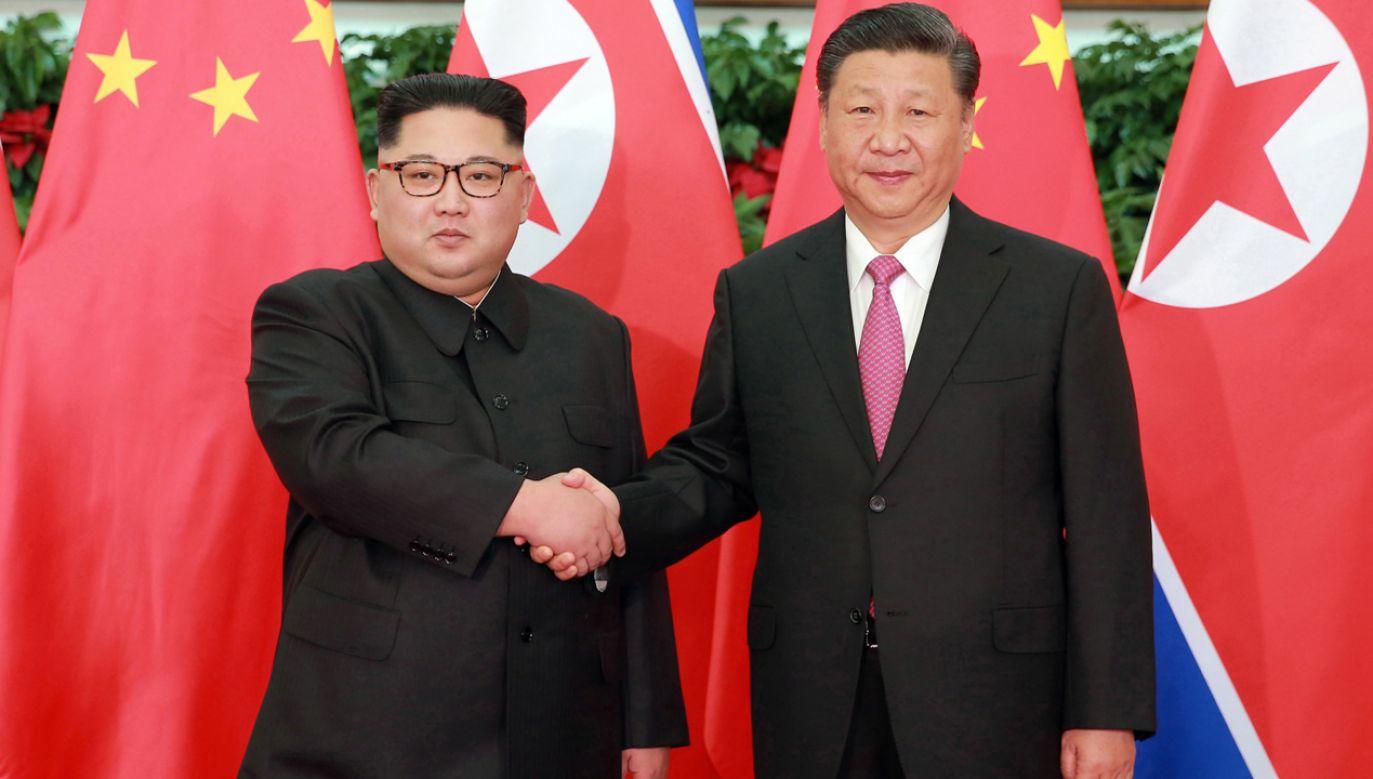 Kim Dzong Un (L)  przywitał w czwartek odwiedzającego ten kraj po raz pierwszy prezydenta Chin Xi Jinpinga (P)  (fot. PAP/EPA/KCNA)