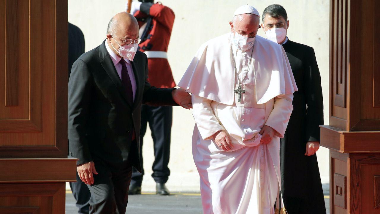 Papież Franciszek wylądował na lotnisku w Bagdadzie, stolicy Iraku (fot. PAP/EPA/AHMED JALIL)