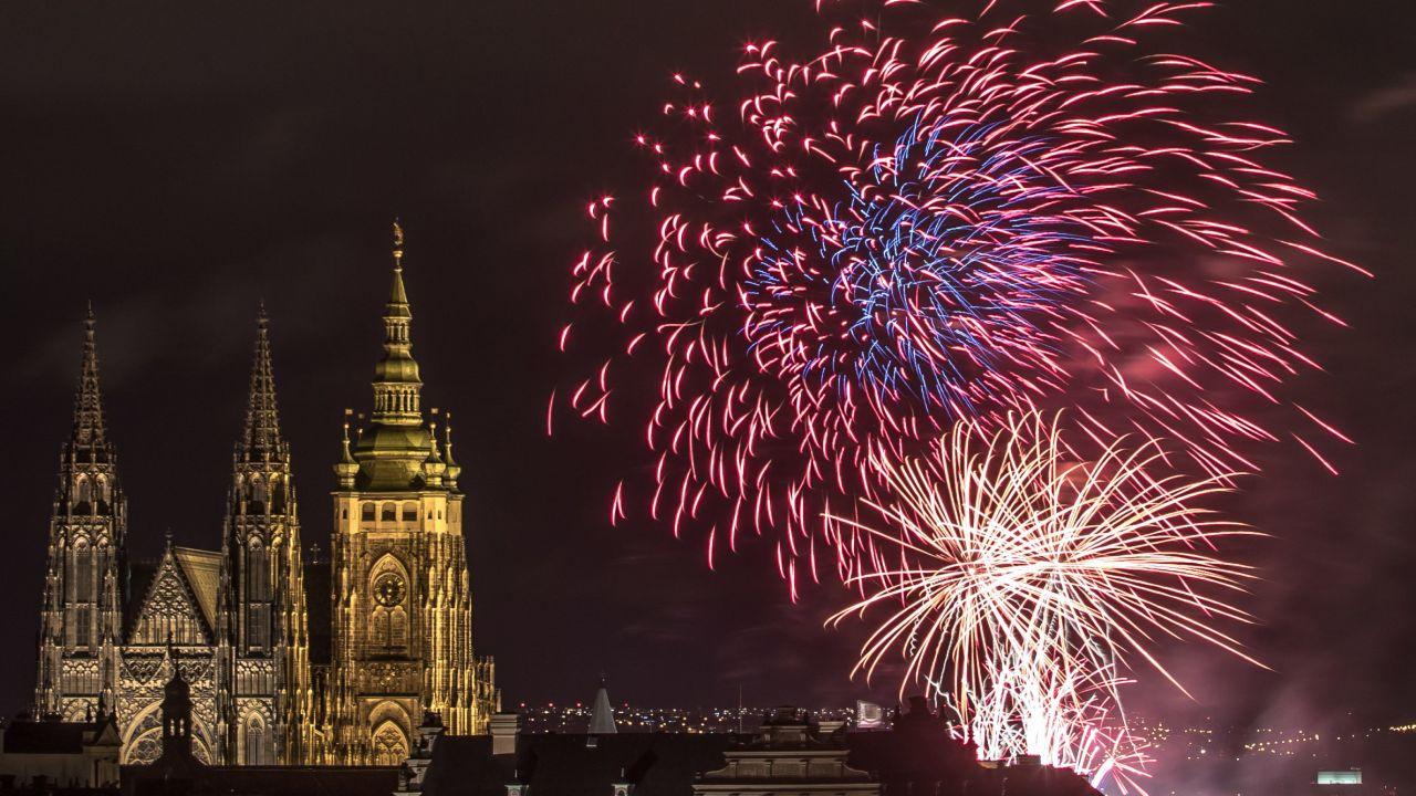 Na zakończenie pokazu przemówił prezydent Pragi Zdeniek Hrzib, który m.in. oświadczył, ze Praga jest jednym z najpiękniejszych historycznych miast świata (fot. PAP/EPA/MARTIN DIVISEK)