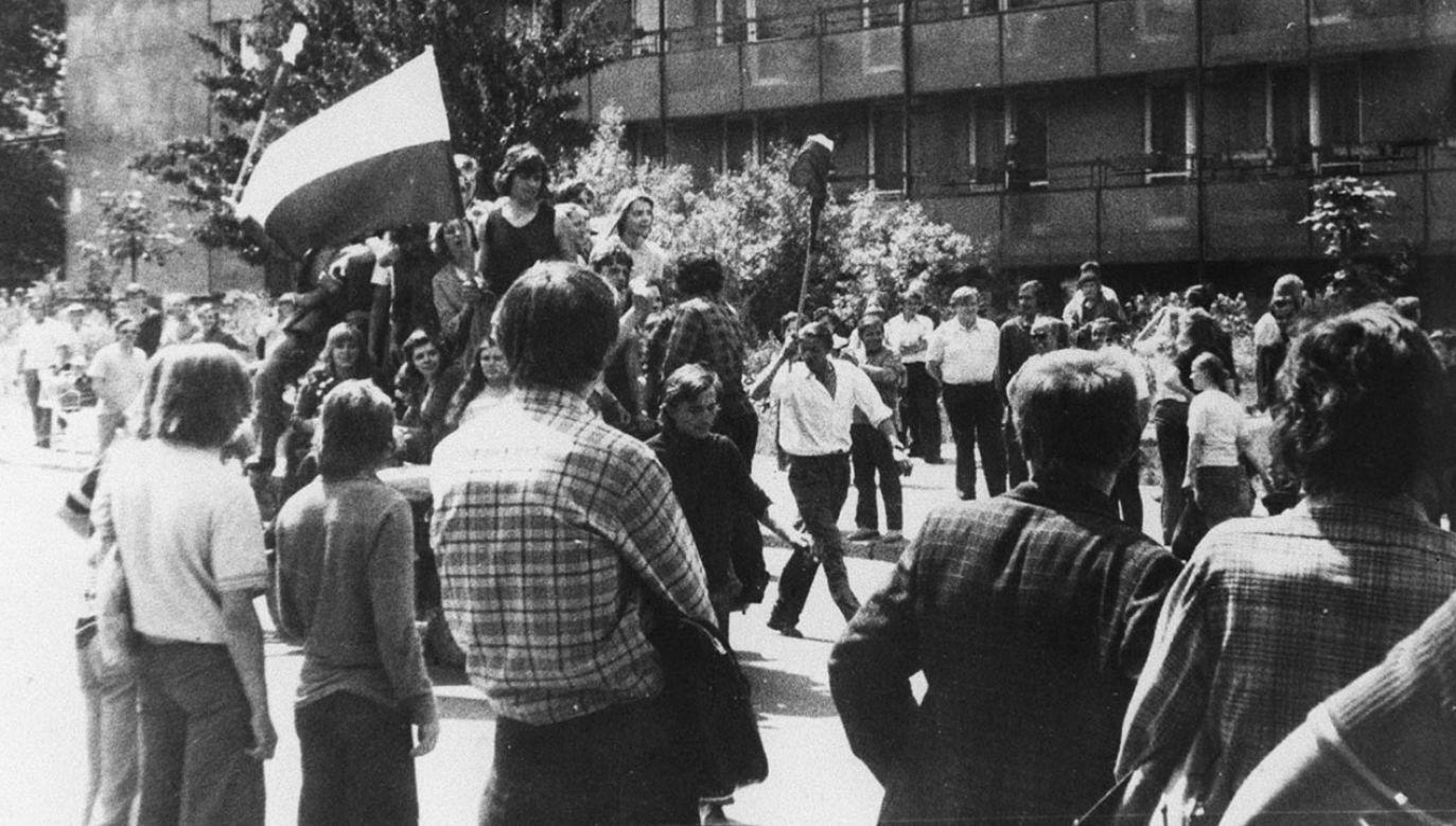 Czerwiec 1976 – kolejna fala strajków i protestów, które wybuchły po ogłoszeniu przez rząd wprowadzenia drastycznych podwyżek cen (fot. arch. PAP-reprodukcja)