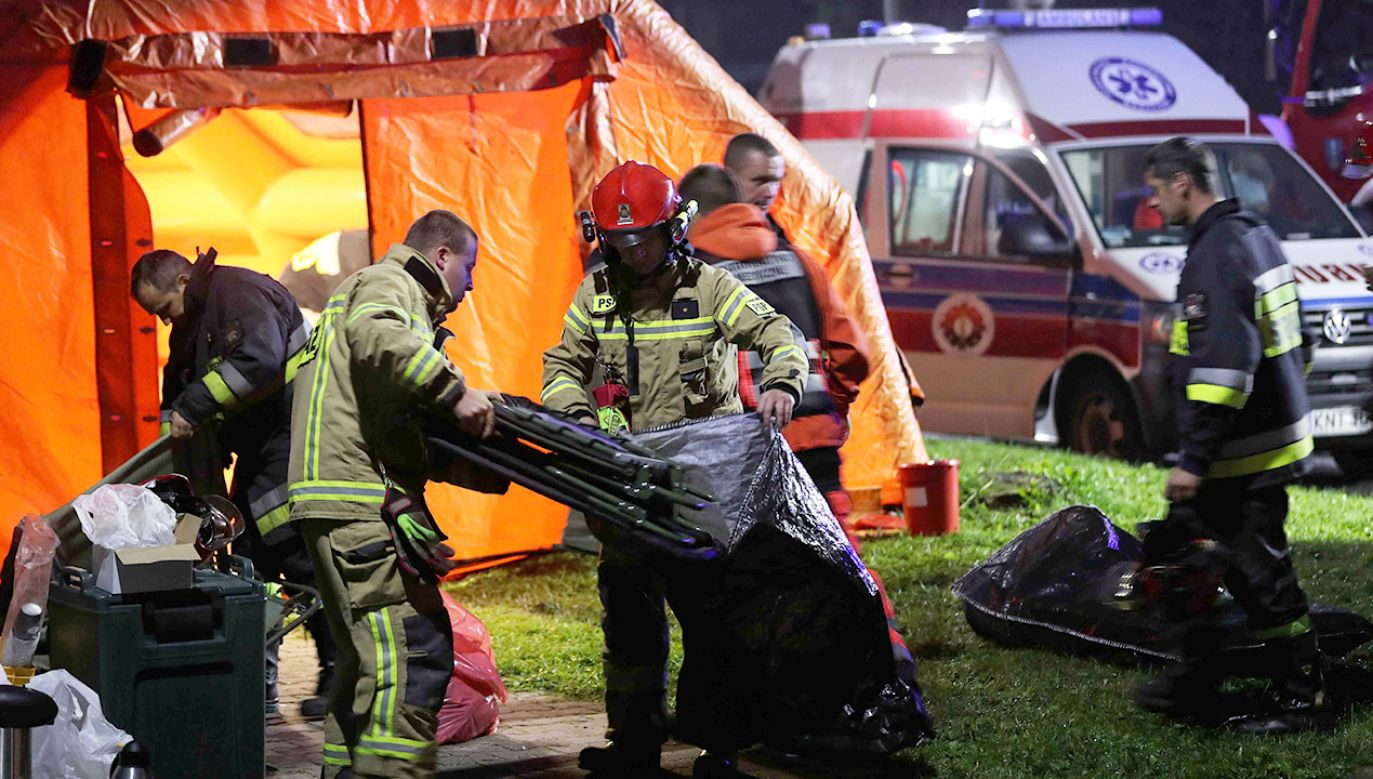 W akcji ratunkowej uczestniczyło pięć śmigłowców w tym cztery LPR i jedna maszyna TOPR, 13 karetek, 22 zastępy PSP i OSP, łącznie niemal 80-ciu strażaków oraz Straż Parku (fot. PAP/Grzegorz Momot)
