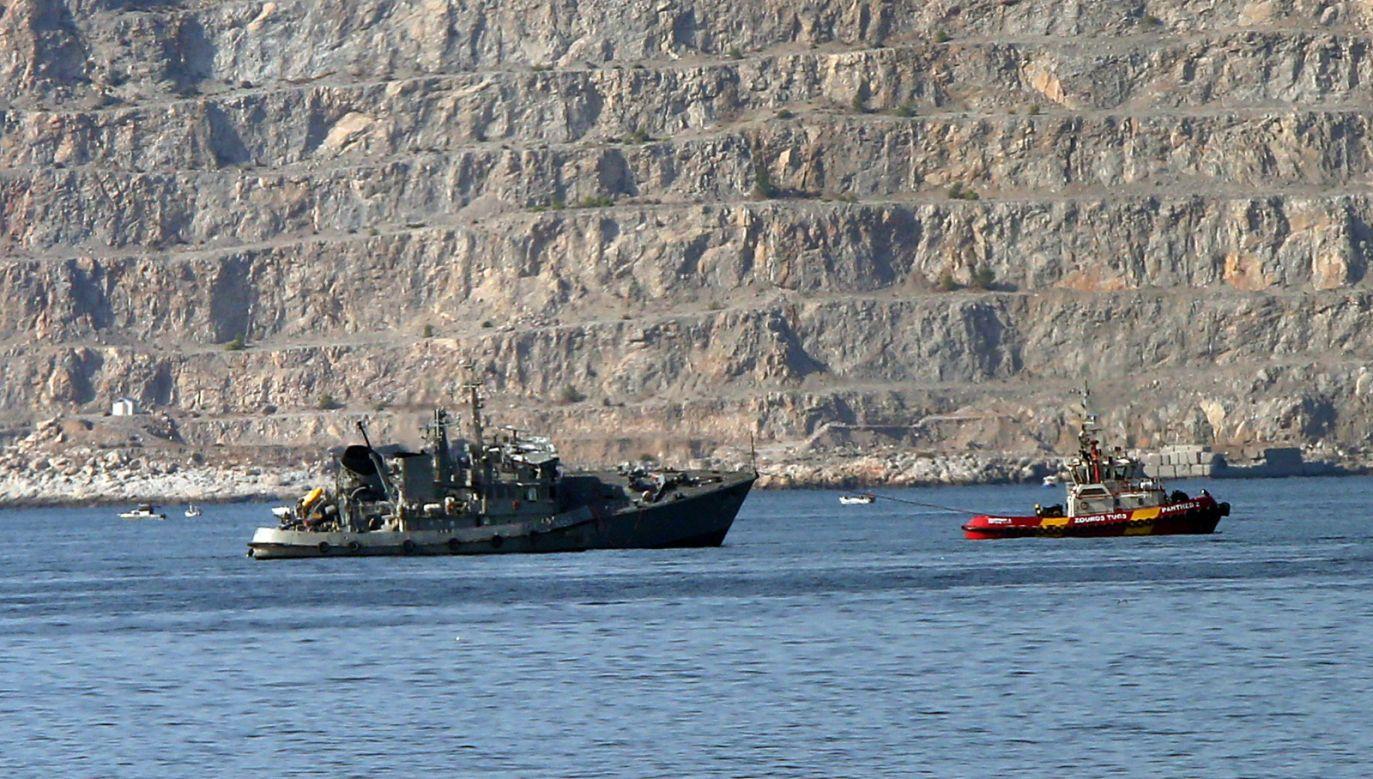 Liczący 266 m długości kontenerowiec na razie nie może opuścić portu (fot. EPA/ORESTIS PANAGIOTOU)