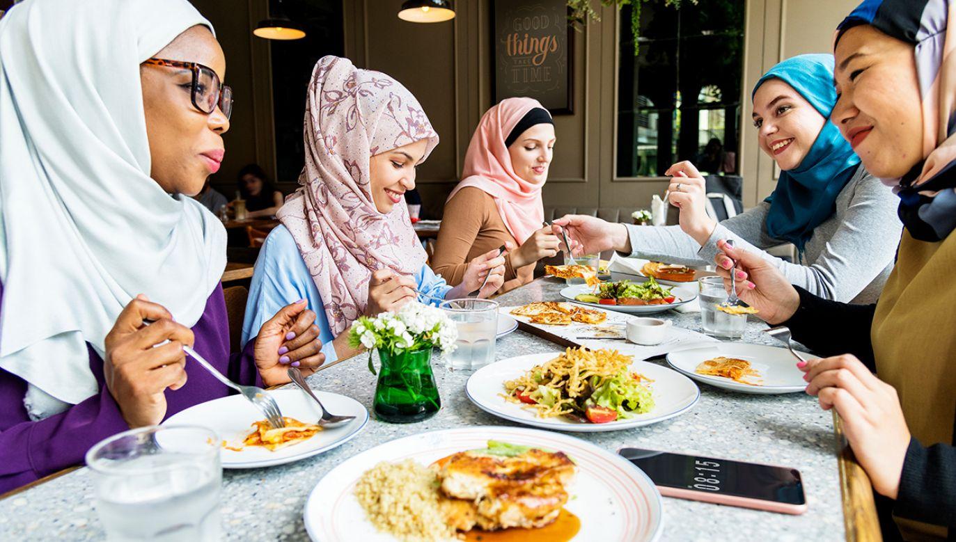 W Arabii Saudyjskiej kobiety już mogą jeść w restauracjach razem z mężczyznami. (fot. Shutterstock/Rawpixel.com)