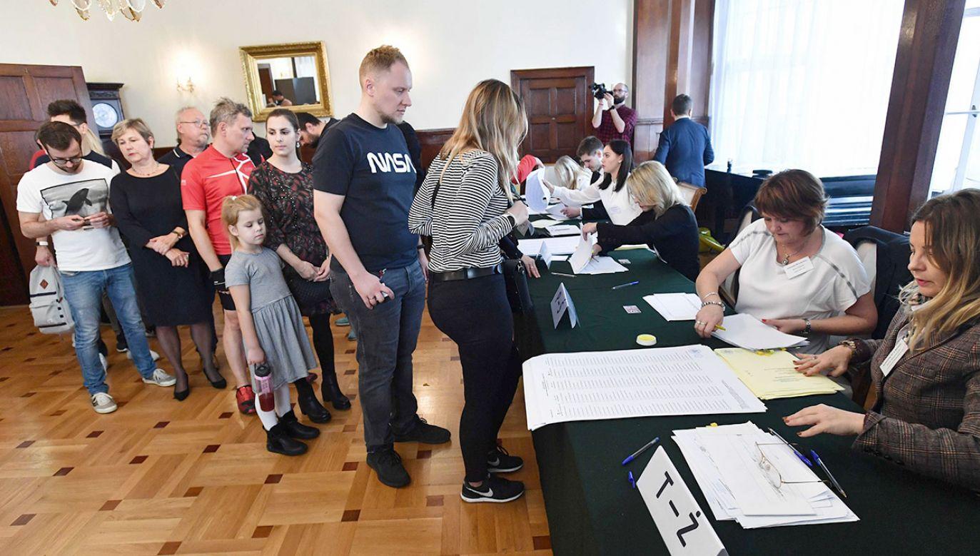 Państwowa Komisja Wyborcza przedstawiła dane na podstawie danych z 99,49 proc. obwodowych komisji wyborczych (fot.  PAP/Marcin Bielecki)