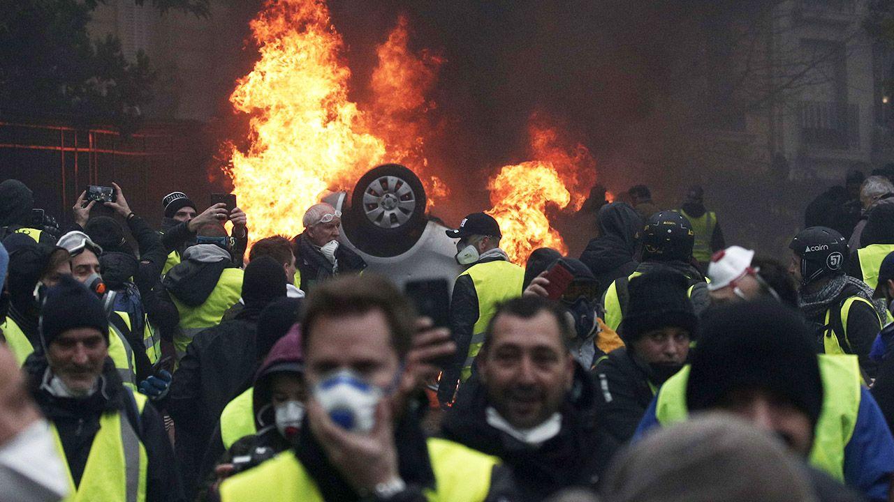 """Od 17 listopada trwają protesty ruchu """"żółtych kamizelek"""", który sprzeciwia się m.in. podwyżkom akcyzy na paliwo i ciągle wzrastającym kosztom utrzymania (fot. PAP/EPA/YOAN VALAT)"""