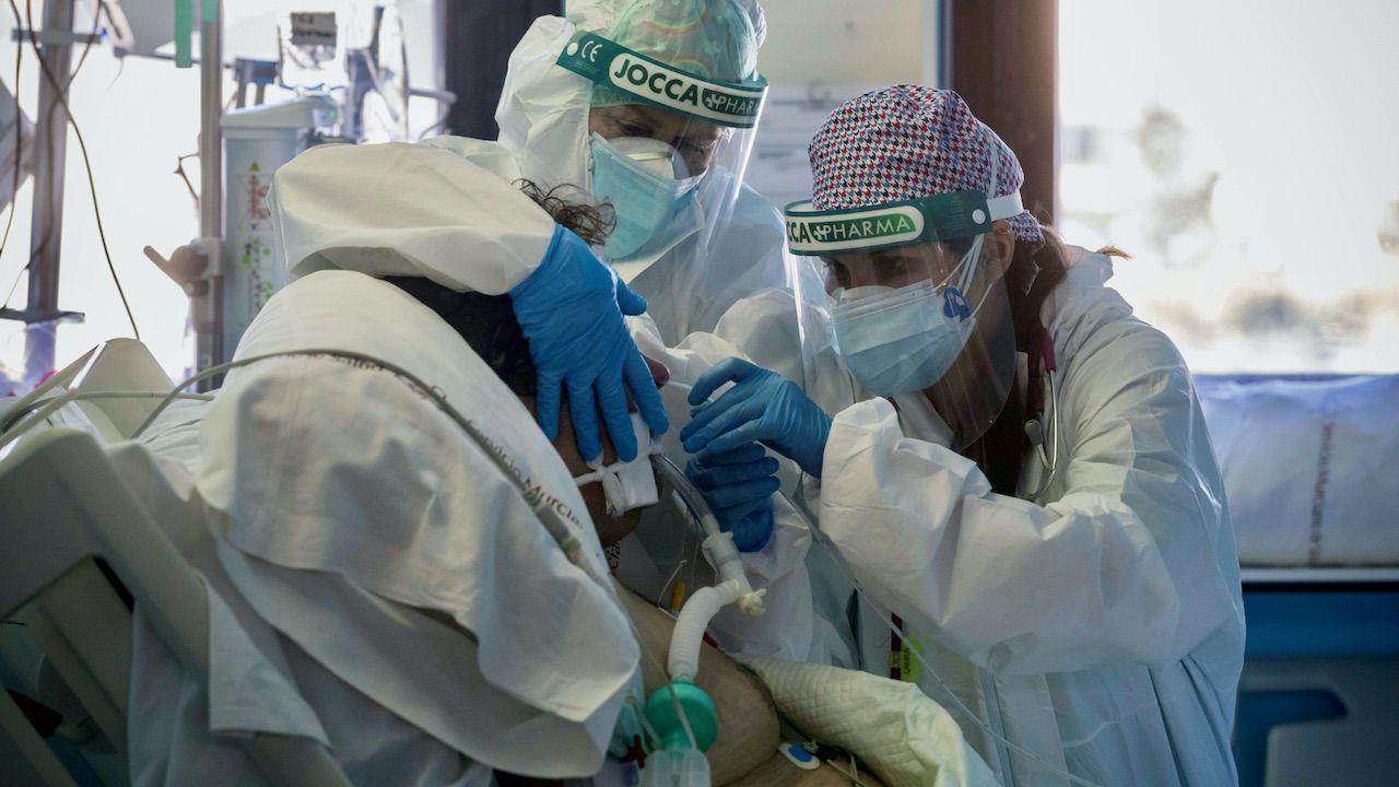 Sztuczna inteligencja ma pomóc przewidzieć, kto będzie potrzebować respiratora w czasie choroby (fot. PAP/EPA/Marcial Guillen)