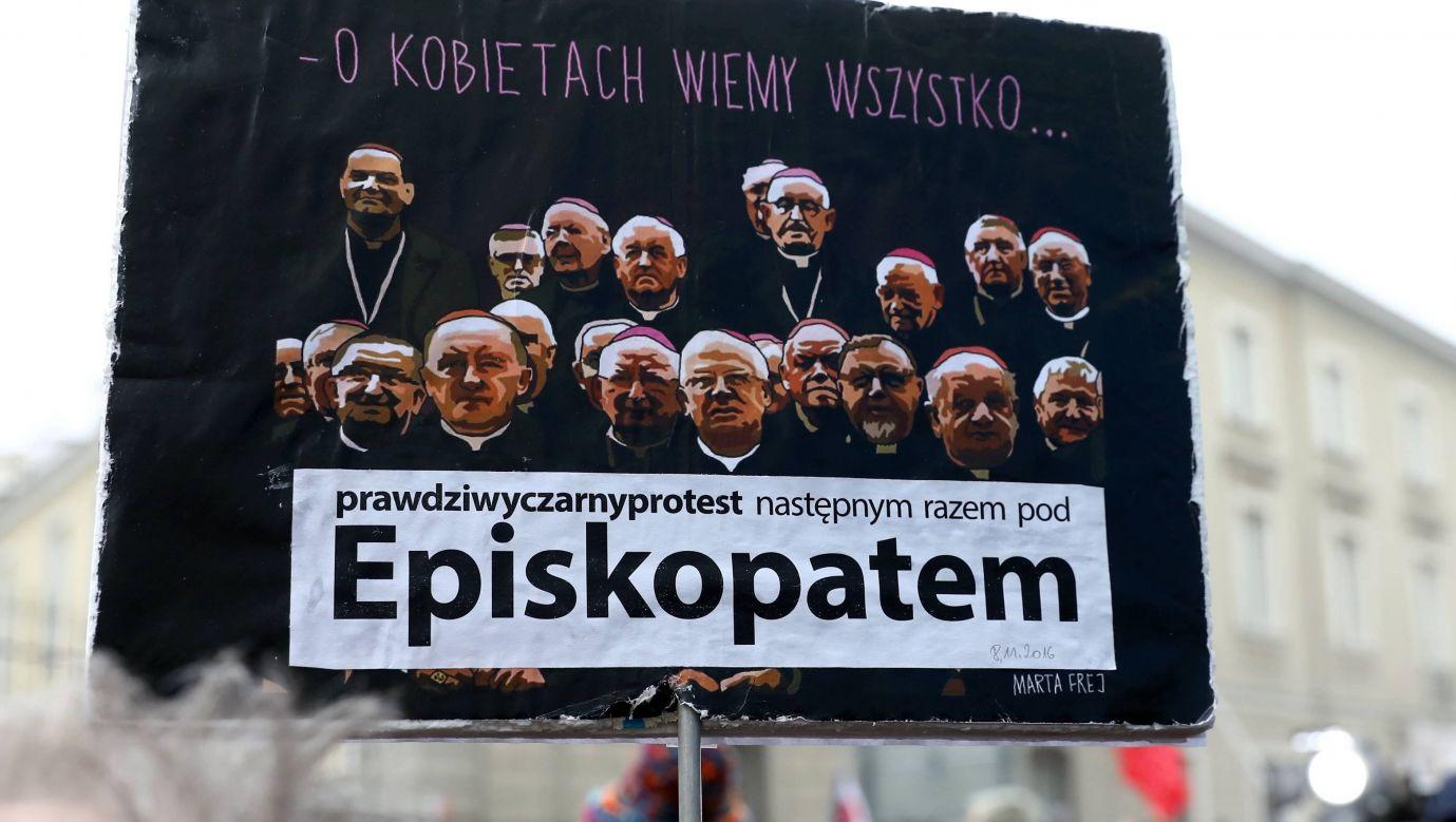 Ogólnopolski Strajk Kobiet 23 marca 2018 przed siedzibą Domu Arcybiskupów Warszawskich. Fot. PAP/Rafał Guz