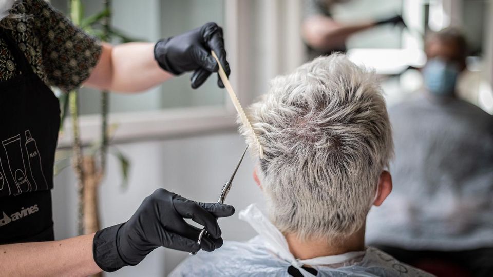 Koronawirus, Rząd luzuje restrykcje, kolejny etap łagodzenia. Kiedy otwarcie salonów fryzjerskich, gastronomii, restauracji? Podano daty wieszwiecej - tvp.info
