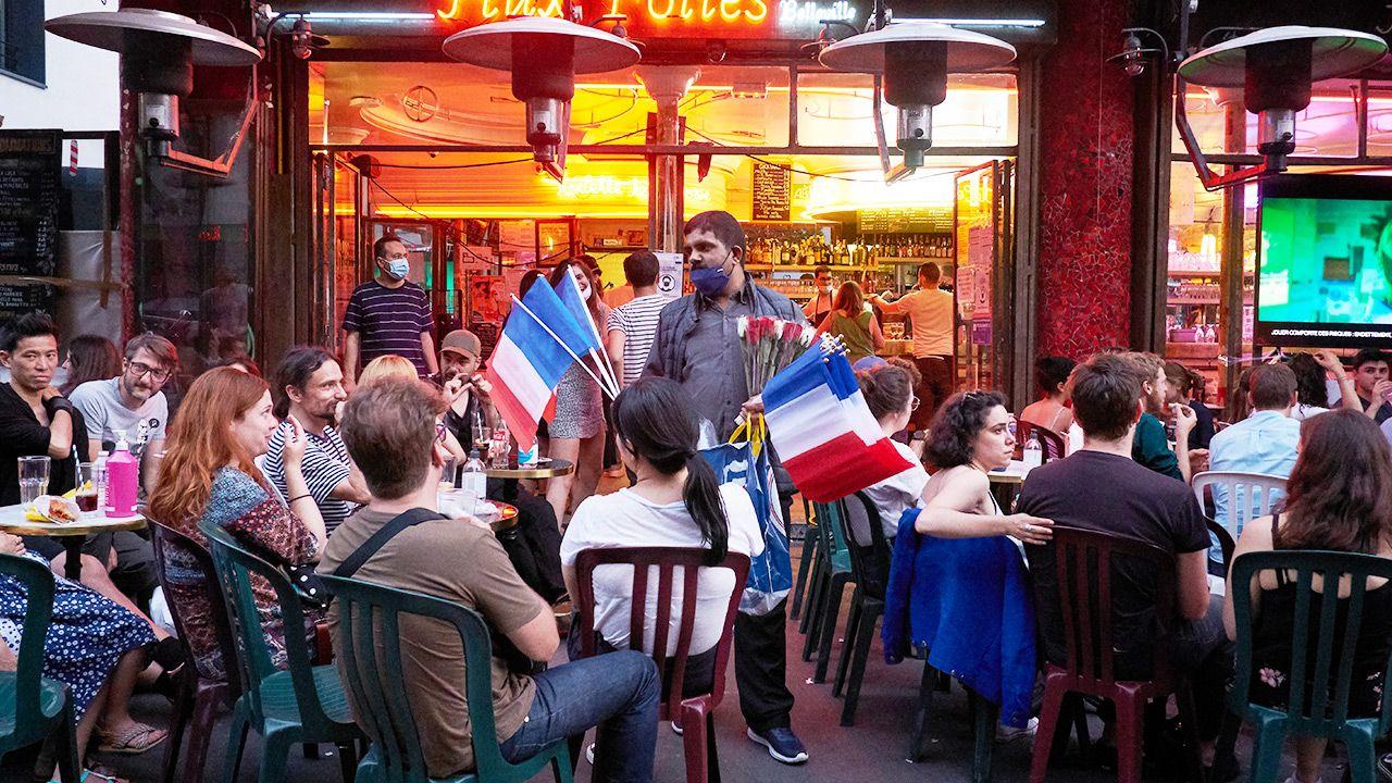Francja zmienia zasady dot. noszenia maseczek (fot. Adnan Farzat/NurPhoto via Getty Images)