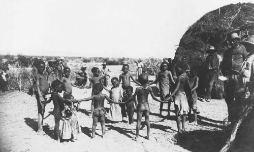 Mieszkańcy wioski ludu Herero. Fot. ullstein bild via Getty Images