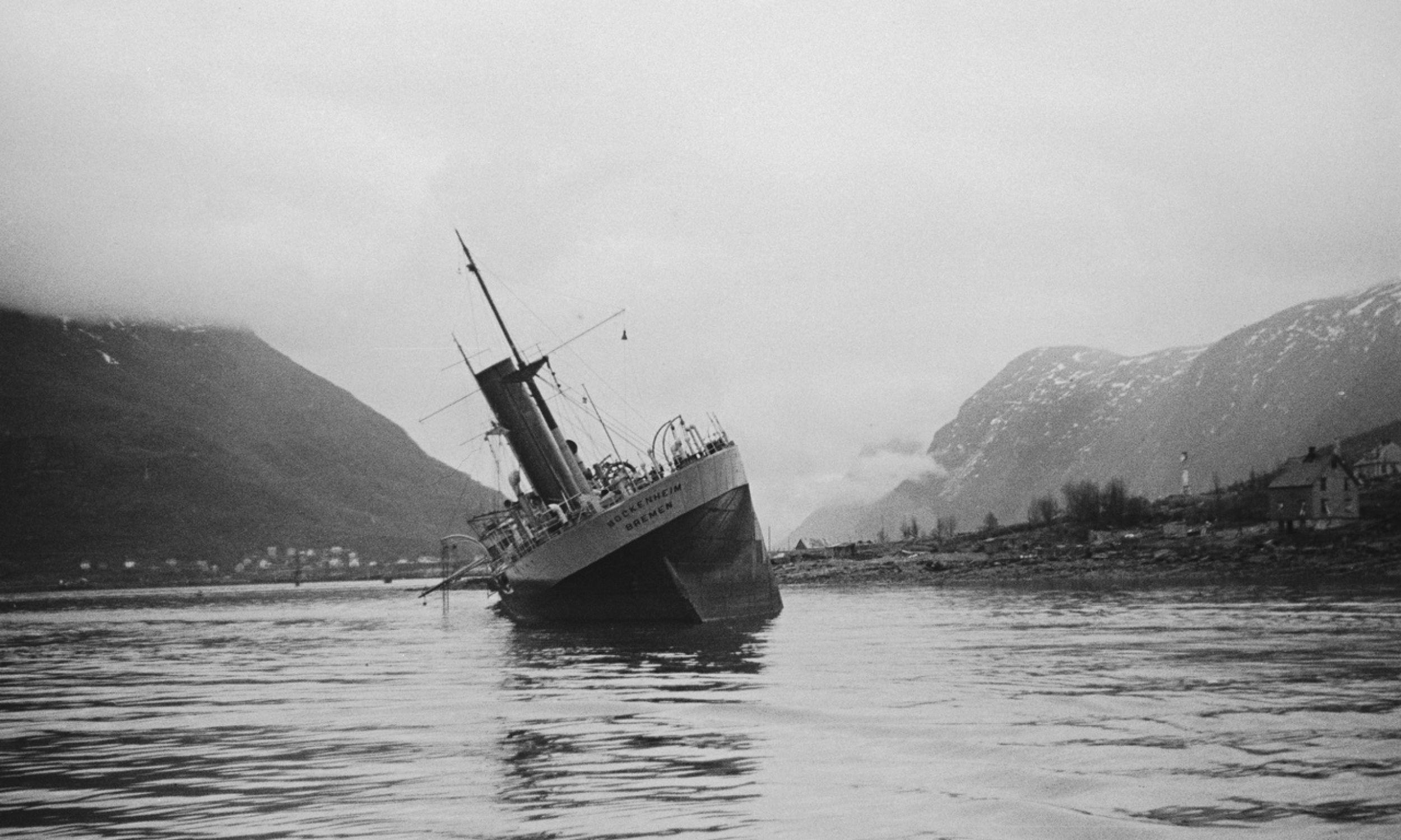 Okręt zatopiony podczas walk w Ofotfjord w Norwegii. W bitwie o Narwik, toczącej się od 9 kwietnia do 8 czerwca 1940 r., zginęło 97 Polaków, ale też aż 141 Norwegów na lądzie i dodatkowo 282 na morzu. Fot. Fox Photos / Hulton Archive / Getty Images