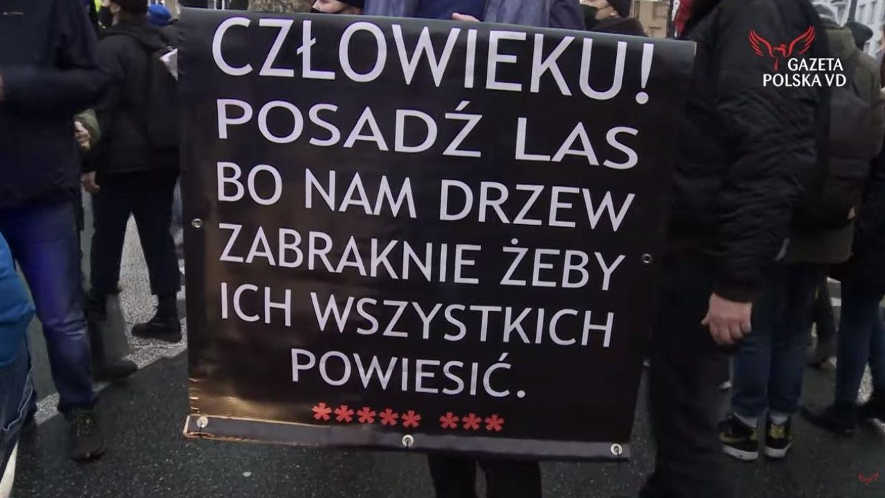 Wśród demonstrujących pojawiły się nawoływania do przemocy (fot.Youtube/Gazeta Polska VD)