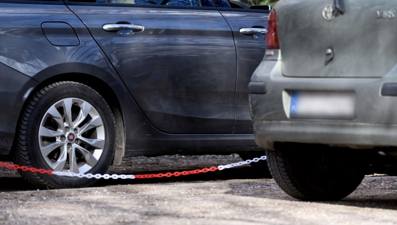 Wymienić opony mogą te osoby, które używają samochodu do zaspokajania niezbędnych potrzeb (fot. PAP/Jakub Kaczmarczyk)