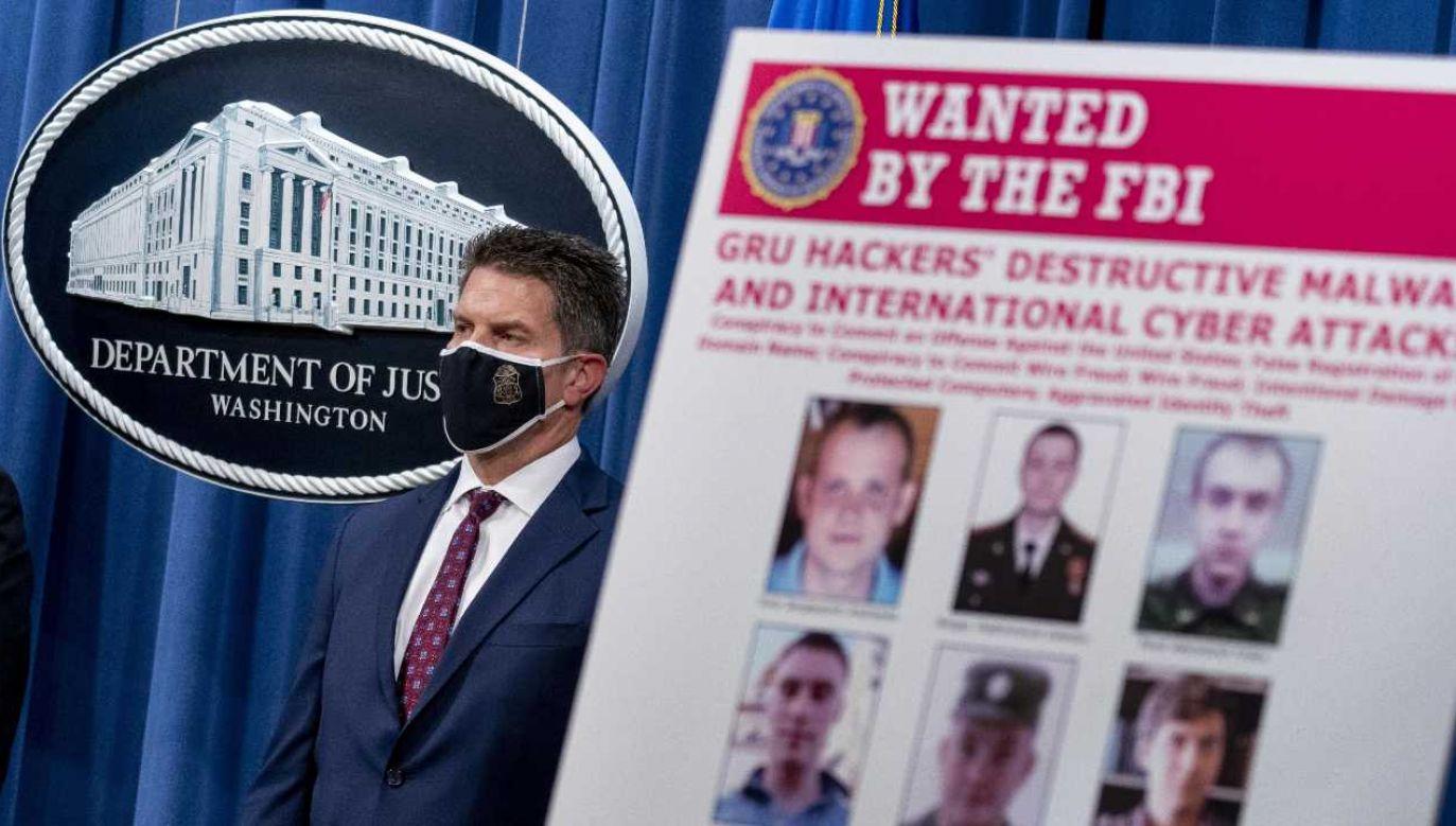 Departament Sprawiedliwości USA poinformował, że oskarżył zaocznie sześciu byłych i obecnych oficerów GRU (fot. PAP/EPA/Andrew Harnik / POOL)