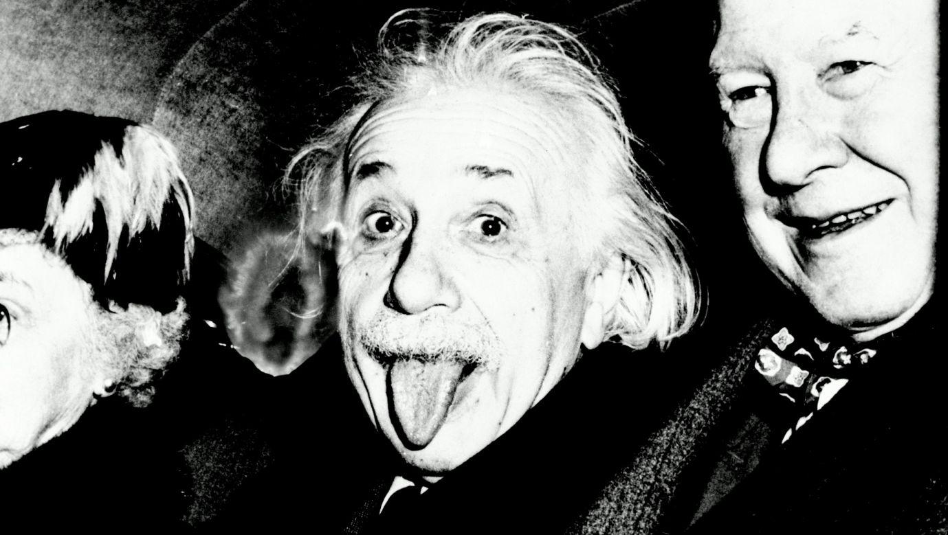 """Doktor fizyki z Polski Roman Szostek, który """"z bratem"""" obalił wyliczenia i twierdzenia Alberta Einsteina, a publika to kupi, bo oczywiście niewielu z nas ma pojęcie na temat teorii względności, pozwalające podjąć z takimi rewelacjami jakąkolwiek, choćby wewnętrzną, krytyczną dyskusję. Na zdjęciu fotoreporterzy proszą o uśmiech z okazji urodzin wielkiego fizyka, a Einstein wystawia język. Lata 50. XX w. w Princeton, New Jersey. Fot. Getty Images"""