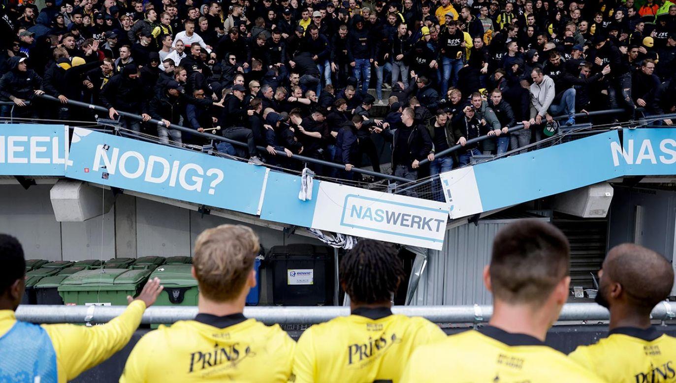 Kibice skakali z radości po zwycięstwie Vitesse. Trybuna nie wytrzymała (fot.  Laurens Lindhout/Soccrates/Getty Images)