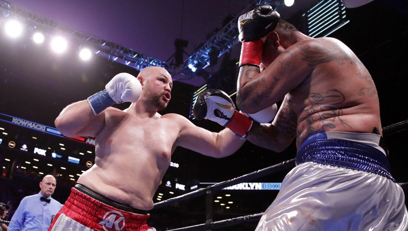Adam Kownacki w pojedynku z Chrisem Arreolą na ringu w Nowym Jorku (PAP/EPA/JASON SZENES)