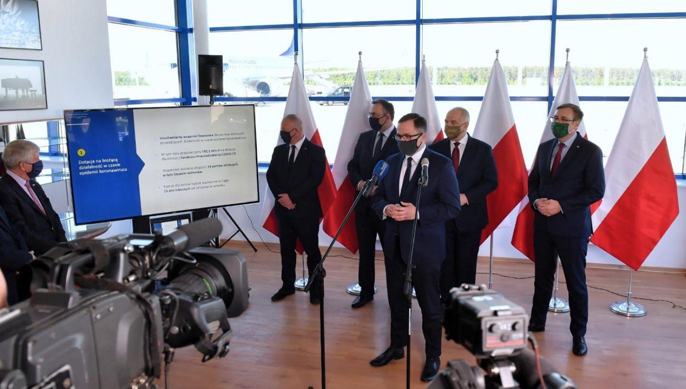 Na lotnisku w Goleniowie był w poniedziałek minister aktywów państwowych Jacek Sasin  (fot. PAP/Marcin Bielecki)