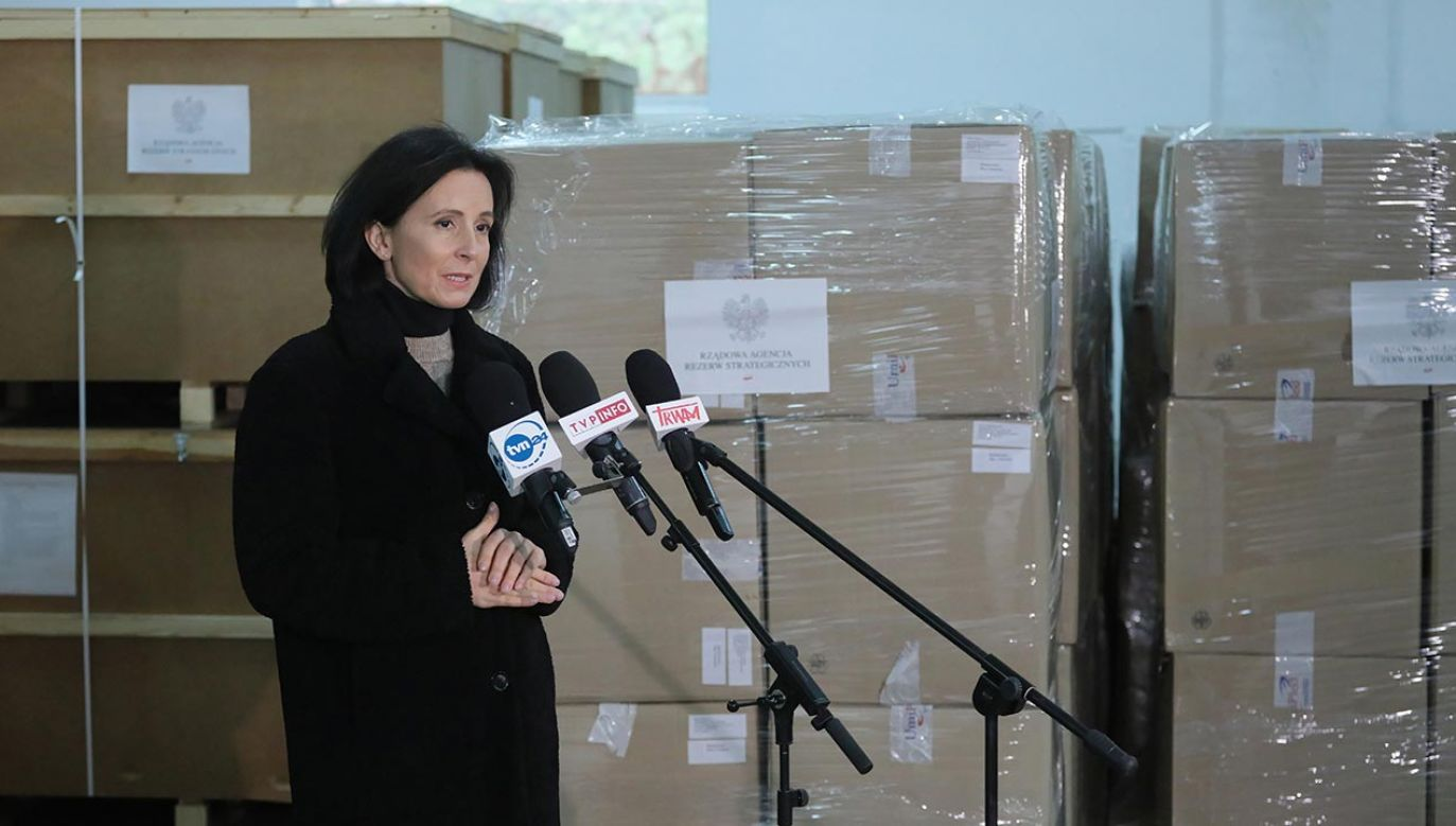Bogna Janke wzięła udział w briefingu na terenie składnicy Rządowej Agencji Rezerw Strategicznych w Komorowie (fot.  PAP/Paweł Supernak)