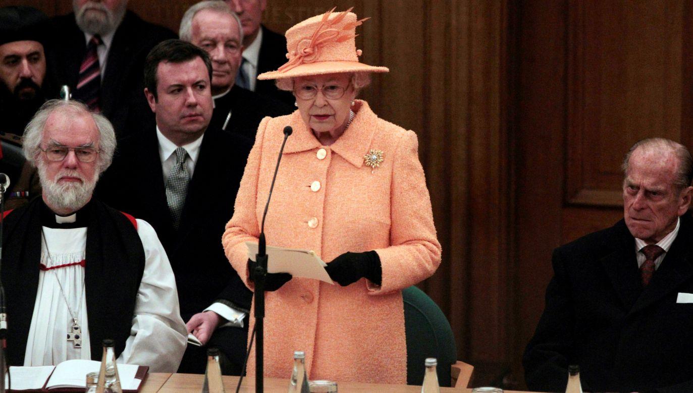 Królowa Elzbieta II inauguruje Święty Synod Kościoła Anglii w 2010 roku. Z lewej  arcybiskup Canterbury Rowan Williams z prawej małżonek Elzbiety książę Edynburga Filip. Monarcha brytyjski jest głową Kościoła. Fot.  Lefteris Pitarakis - WPA Pool/Getty Images