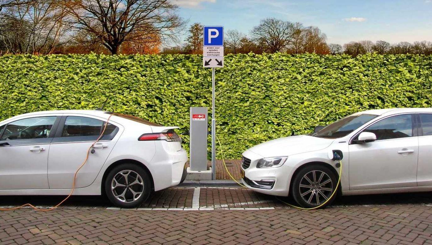 1,3 mld funtów zostanie wydane na rozbudowę punktów ładowania aut elektrycznych (fot. Pixabay)