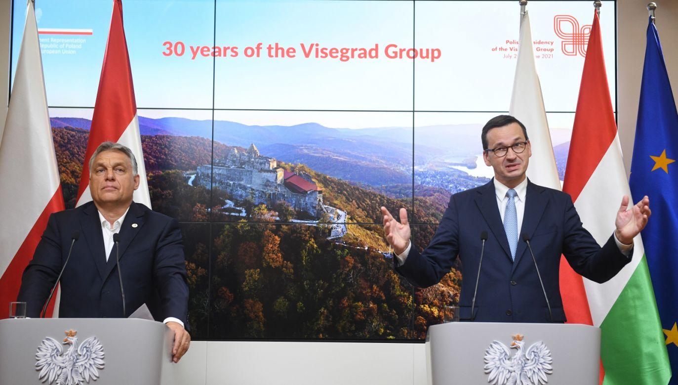Premier Węgier Viktor Orban i premier Polski Mateusz Morawiecki w trakcie konferencji prasowej grupy V4 po zakończeniu szczytu w Brukseli (fot. PAP/Radek Pietruszka)