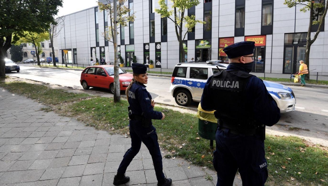 Policja zabezpiecza okolice budynku Filharmonii Świętokrzyskiej w Kielcach (fot. PAP/Piotr Polak)