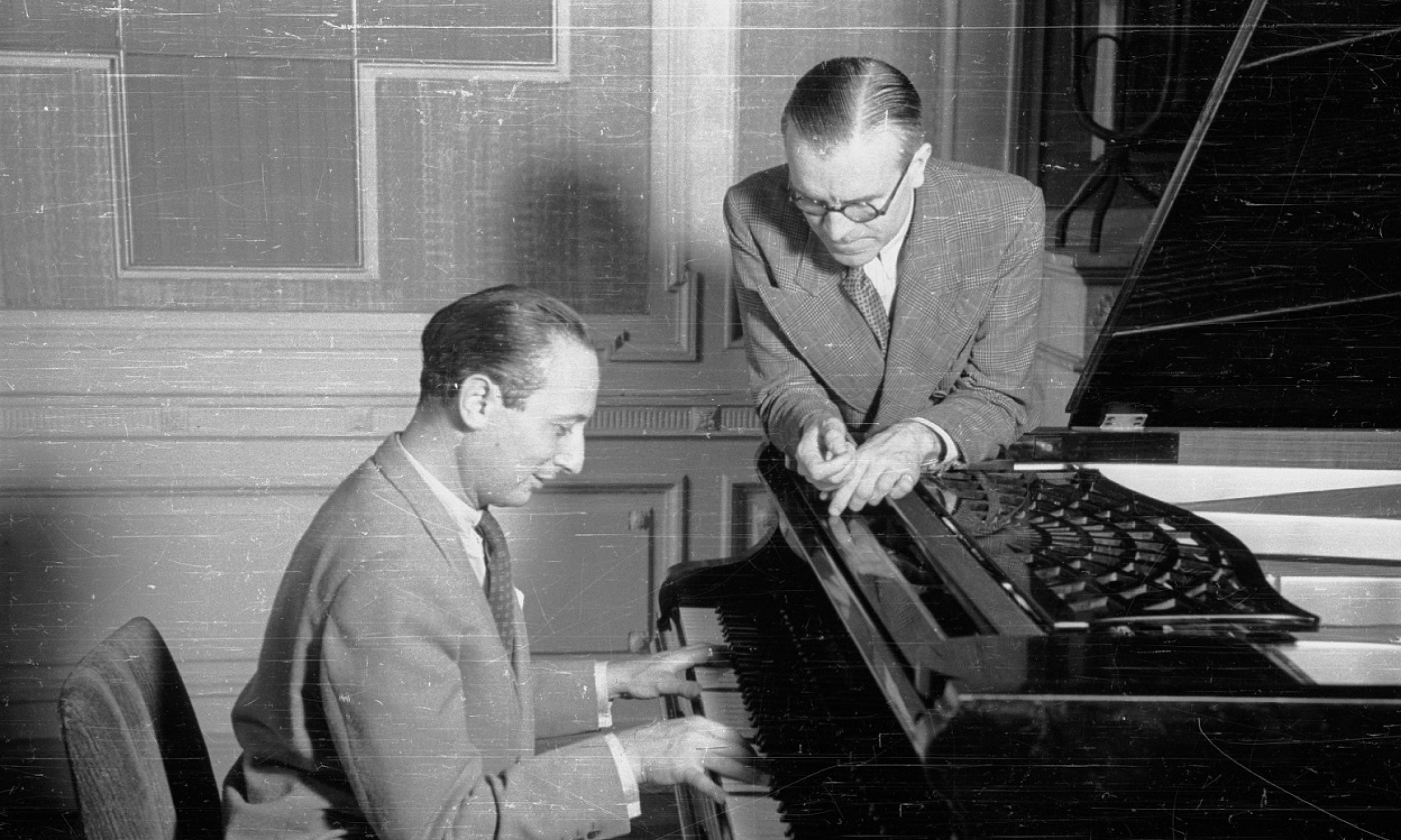 """23 września 1939 Szpilman grał """"na żywo"""" w ostatniej audycji Polskiego Radia utwory Chopina. Chwilę później niemieckie bomby spadły na elektrownię warszawską i rozgłośnia zamilkła. Sześć lat później pierwsza emisja Polskiego Radia zaczęła się od tych samych utworów granych przez Szpilmana. Na zdjęciu pianista w sierpniu 1946 z naczelnikiem Wydziału Muzycznego PR Romanem Jasińskim, w siedzibie rozgłośni w Alejach Ujazdowskich 31, w pałacu Róży Czetwertyńskiej. Fot. PAP/Stanisław Dąbrowiecki"""