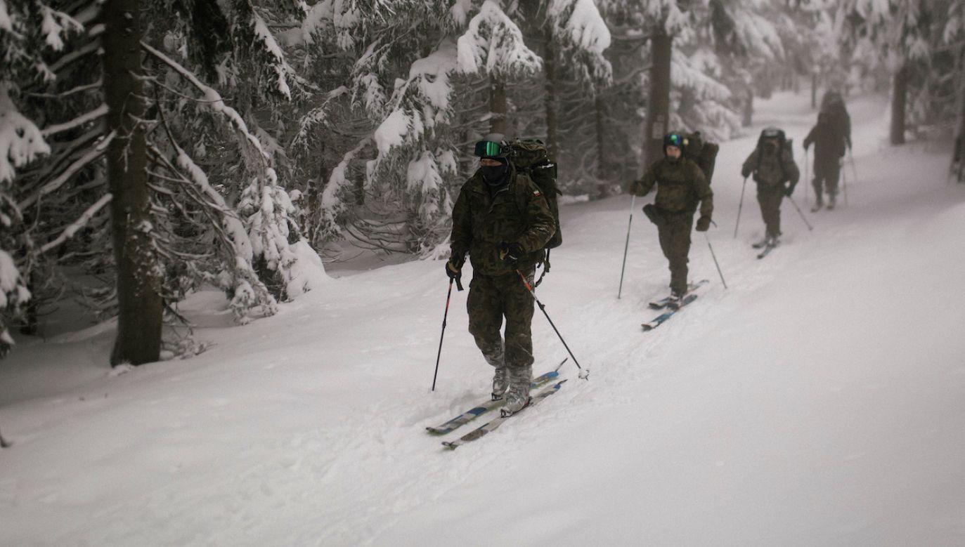 Żołnierze doskonalili m.in. różne techniki poruszania się na nartach z rannym (fot. 3PBOT)