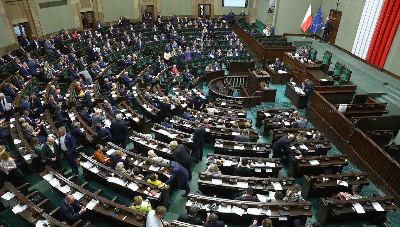 W poniedziałek nadzwyczajne posiedzenie Sejmu nt. koronawirusa (fot. PAP/Rafał Guz)